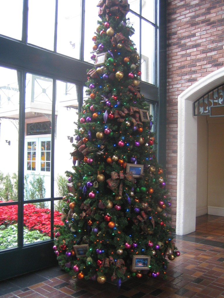 Photo Tour Of The Christmas Decorations At Disney S Port
