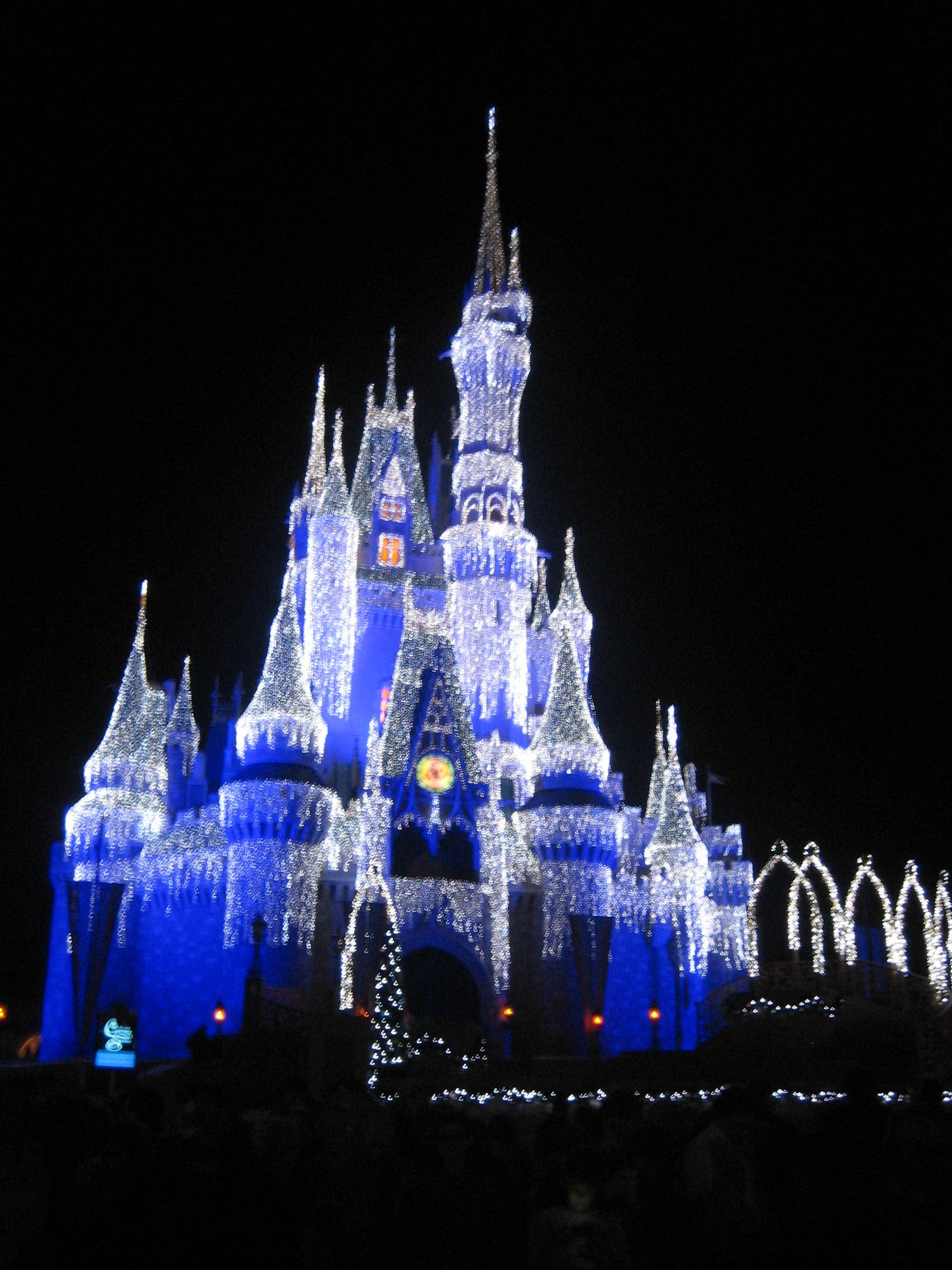 Cinderella Castle Christmas Lights.Behind The Scenes Look At Disney Holiday Services As They