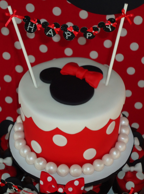 minnie mouse cake. and the Minnie Mouse Cake top.