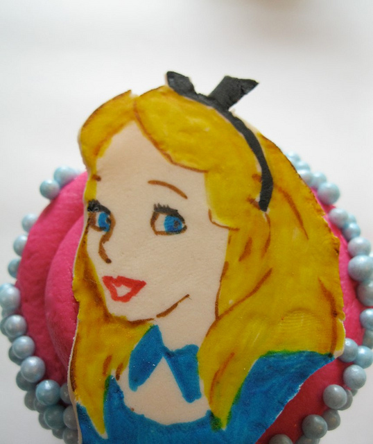 alice-in-wonderland-fondant-topper