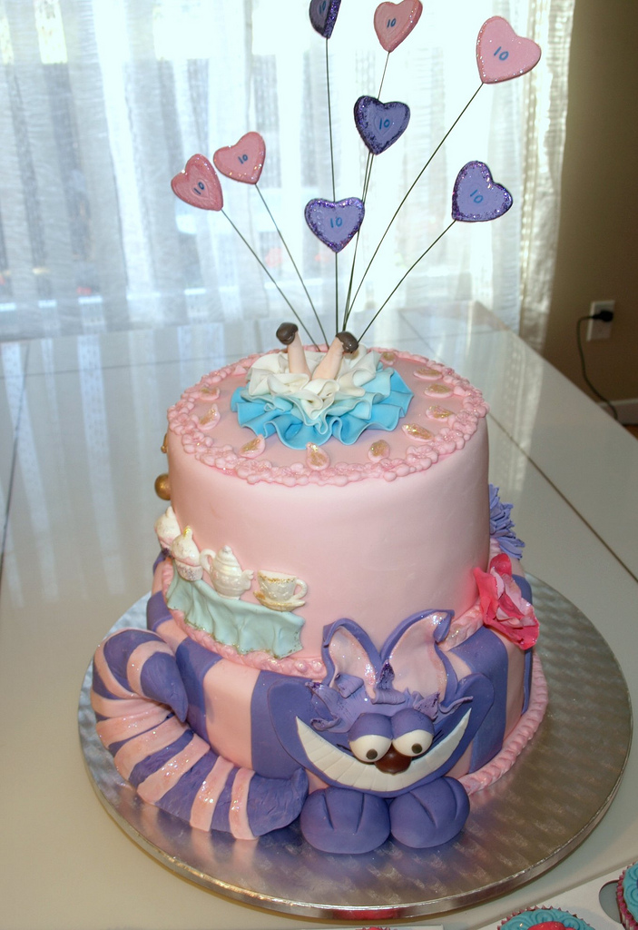 Amazingly Detailed Alice in Wonderland Cake and Cupcakes
