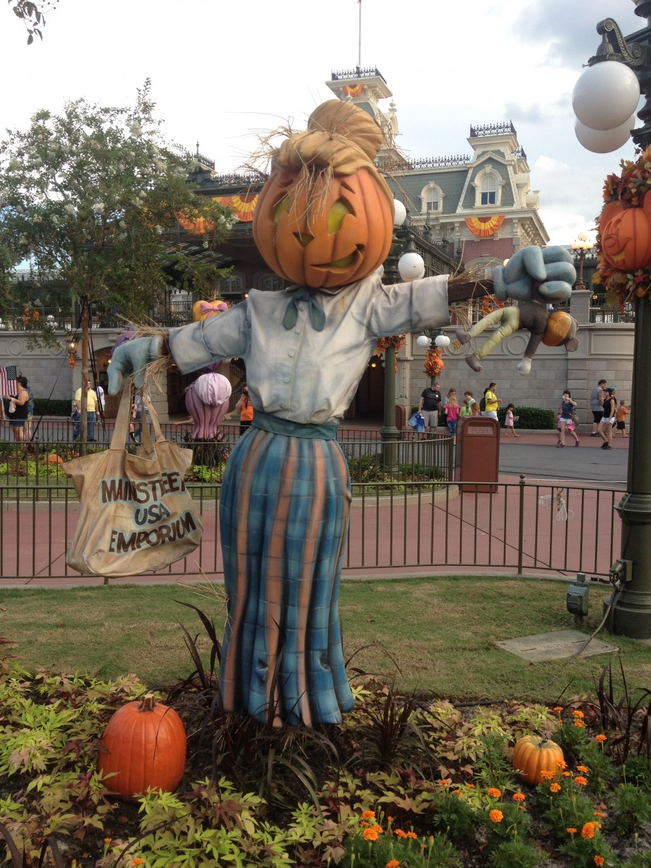 2013 Mickey's not so scary halloween party magic kingdom scarecrow pumpkin emporium