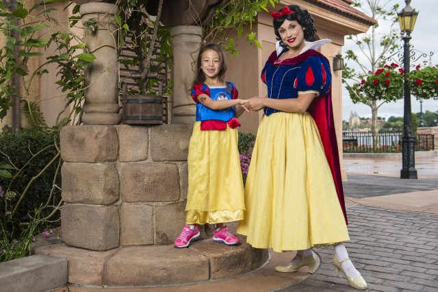 """Modern Family"" Actress Aubrey Anderson-Emmons Meets Snow White at Epcot"