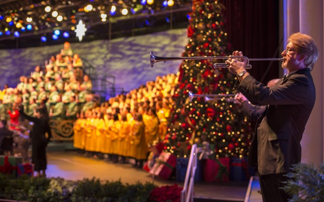 2014 Epcot Christmas Candlelight Processional Dates and Narrator Schedule
