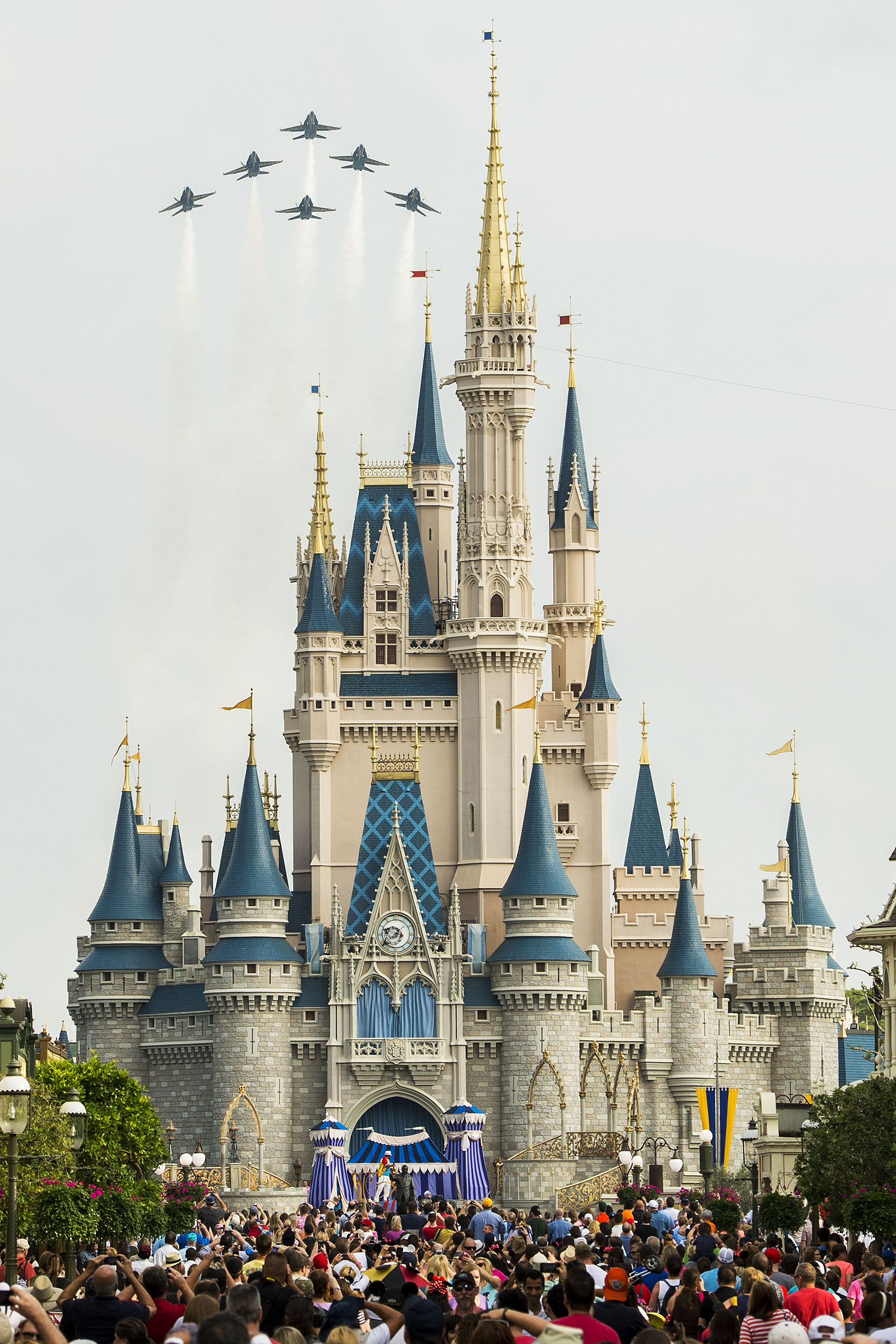 Amazing Capture Fighter Jets Fly Over Cinderella Castle