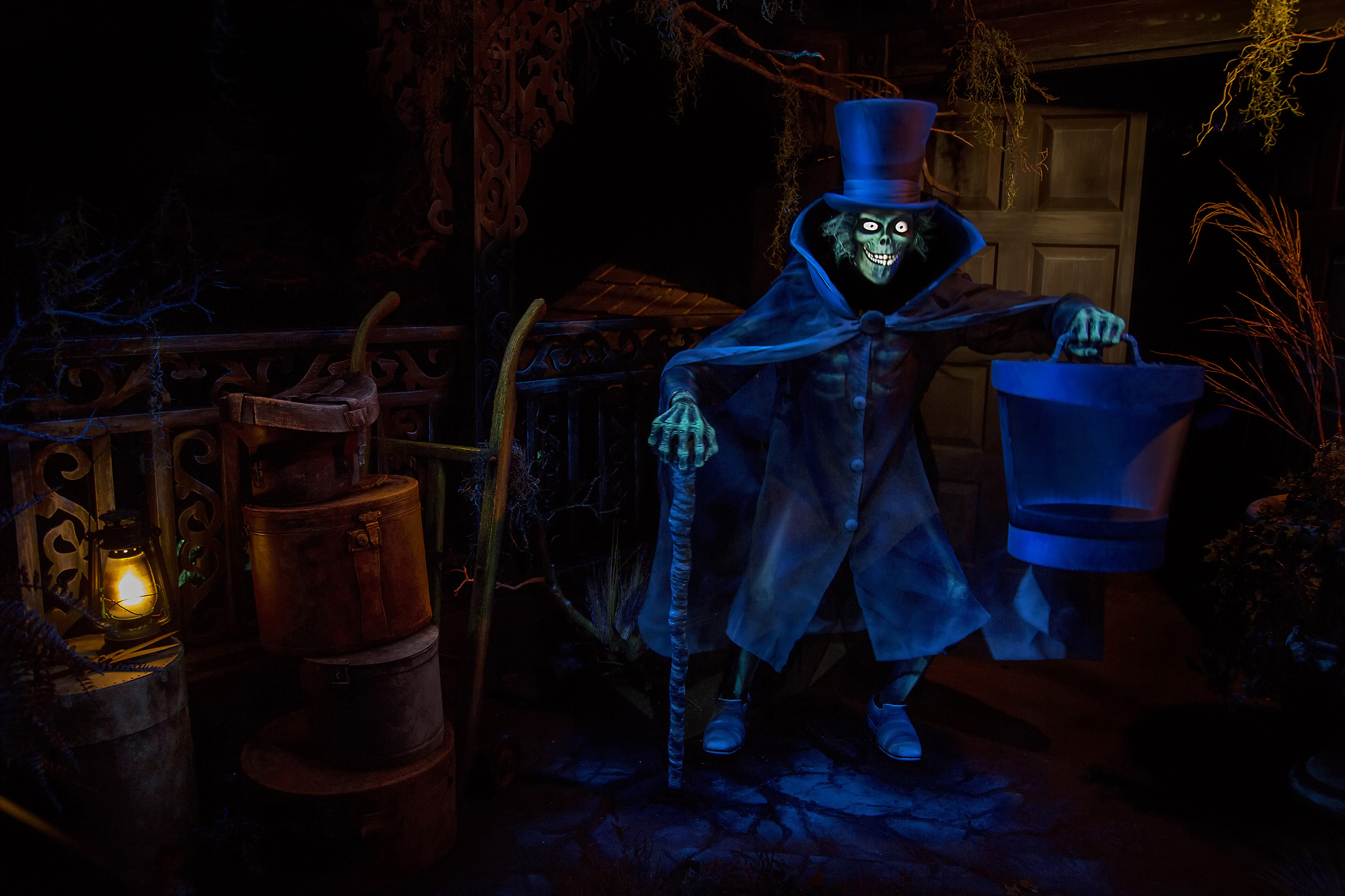 hatbox ghost materializes at the haunted mansion disney